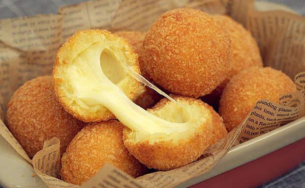 Шарики из пюре с сыром внутри: лучше делать сразу 100 штук, поскольку съедаются моментально