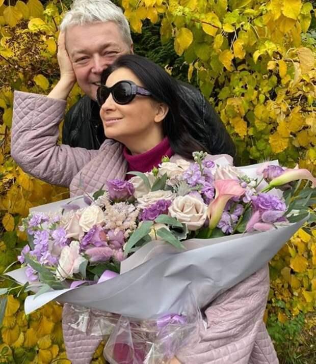 С букетом цветов: Стриженова в нюдовом сиреневом тренче отметила годовщину с мужем