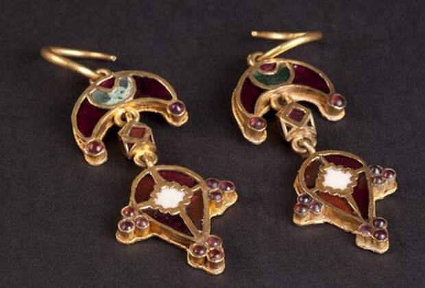 Золотые серьги в форме лунницы с гранатом из Индии, найдены в могильнике Джург-оба античного городища Китей.