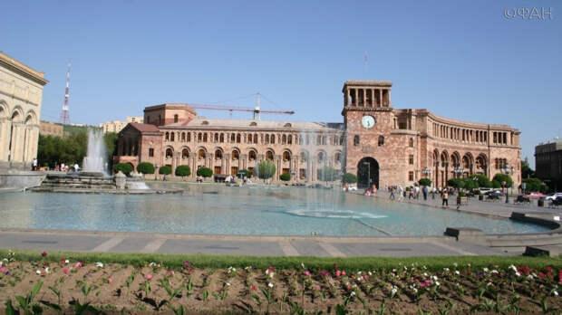 Площадь Республики—центральная площадь Еревана со зданием правительства Армении (на заднем плане)