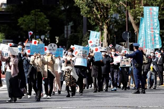Акция протеста прошла в Токио из-за брака бывшей принцессы Мако