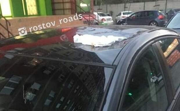 Выброшенный из окна многоэтажки памперс промял крышу иномарки