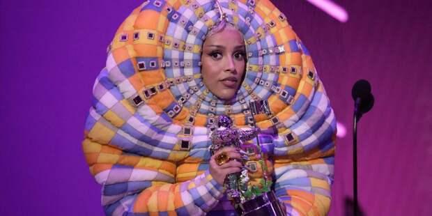 На церемонии MTV VMA певица Doja Cat появилась в необычном наряде