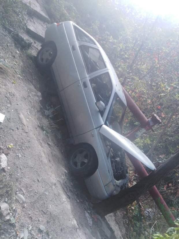 В Симферополе легковушка пролетела несколько метров вниз по лестнице и врезалась в дерево. ФОТО