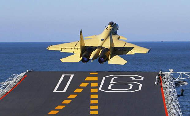 Истребитель J-15 взлетает с палубы авианосца «Ляонин»