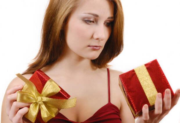 девушка с подарками в руках