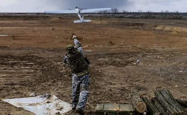 На фото: запуск беспилотника украинскими военными