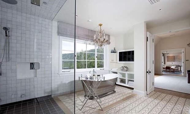 В гостях у Джастина и Хейли Бибер: экскурсия по их новому особняку с десятью ванными комнатами