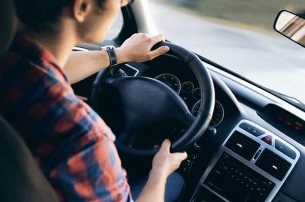 Человек внутри автомобиля