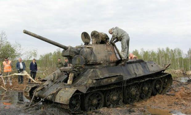 Черные копатели достали танк из болота: Т-34 тянули тягачом