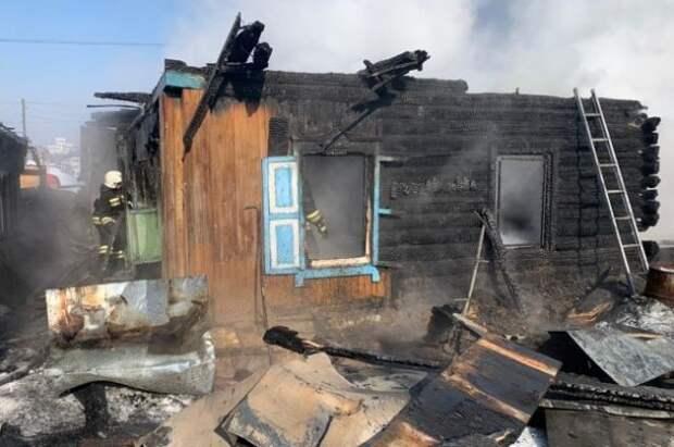 В Новосибирске при пожаре в частном доме могли погибнуть трое детей