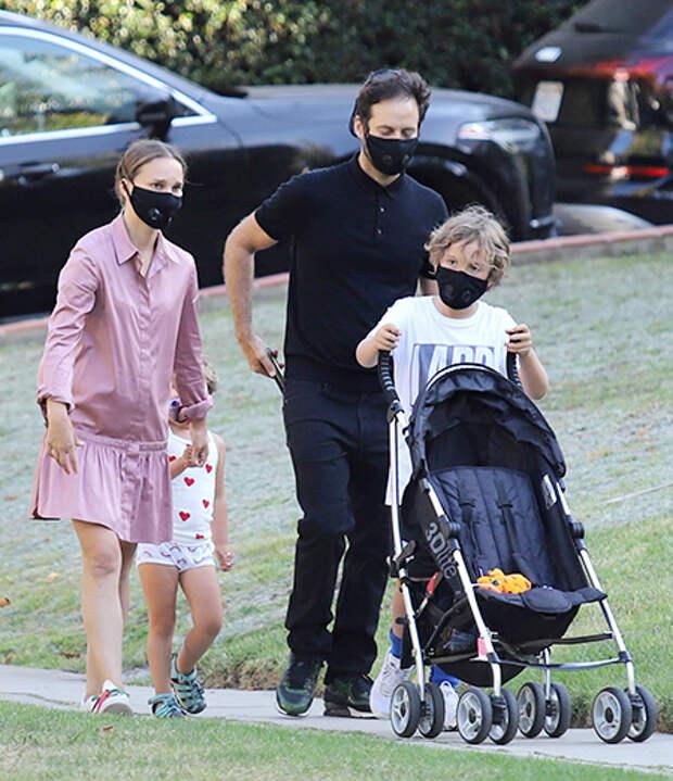 Натали и Бенжамен на прогулке с детьми