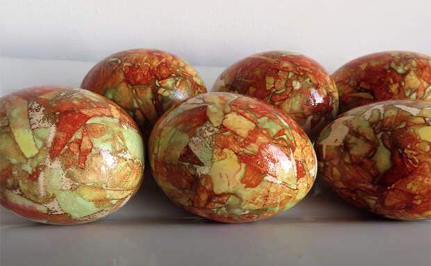 Учимся делать пасхальные яйца словно из мрамора: красим луком и бумагой