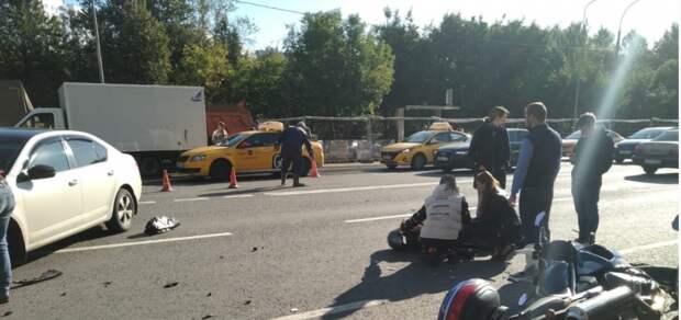 В Юрловском проезде водитель такси не пропустил мотоциклиста