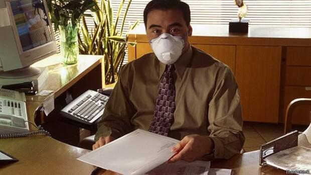 Человек в антиаллергенной маске