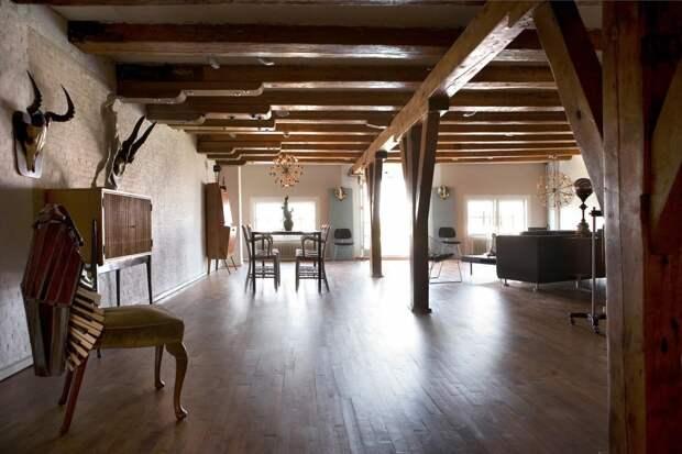 Интерьер квартиры-студии с отделкой из дерева