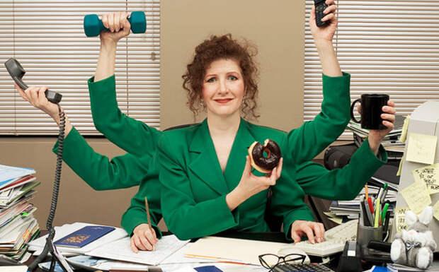 женщина в зеленом пиджаке сидит за столом