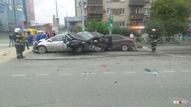 В Екатеринбурге неадекват, летая на скорости 200 км/ч, устроил ДТП. Очевидцы чуть не добили гонщиков на месте