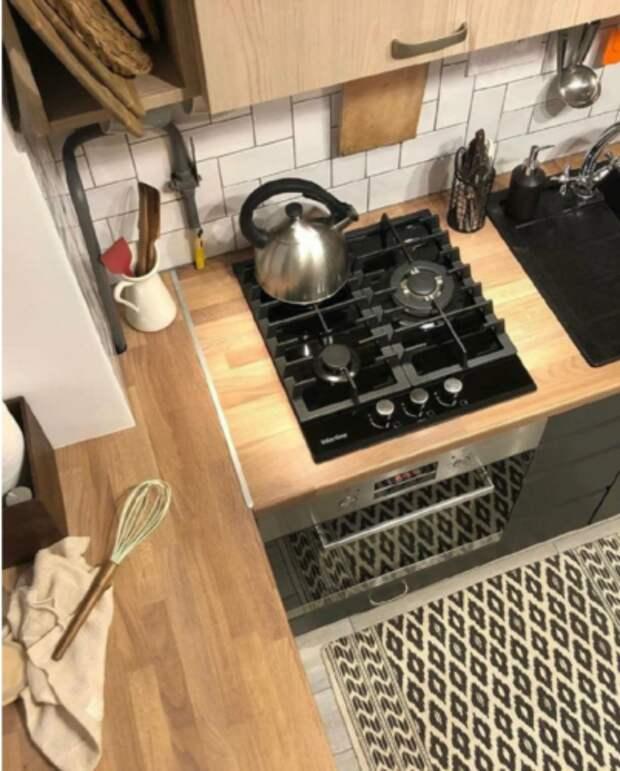 Убитую кухню в хрущевке 4,7 кв превратили в стильную и современную. Вместилось всё - холодильник, стол, духовка