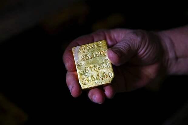 """Восстановленный слиток золота с """"Центральной Америки"""" держит в руке член экспедиции, ученый Боб Эванс © news.ea"""