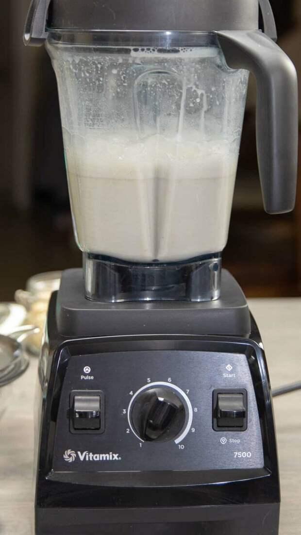 Тщательно измельчаем наше будущее молоко
