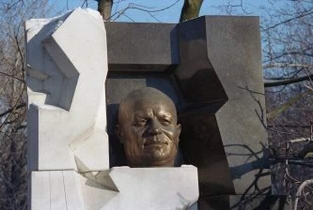 Памятник Никите Хрущеву работы Эрнста Неизвестного на Новодевичьем кладбище © Владимир Мусаэльян/ТАСС