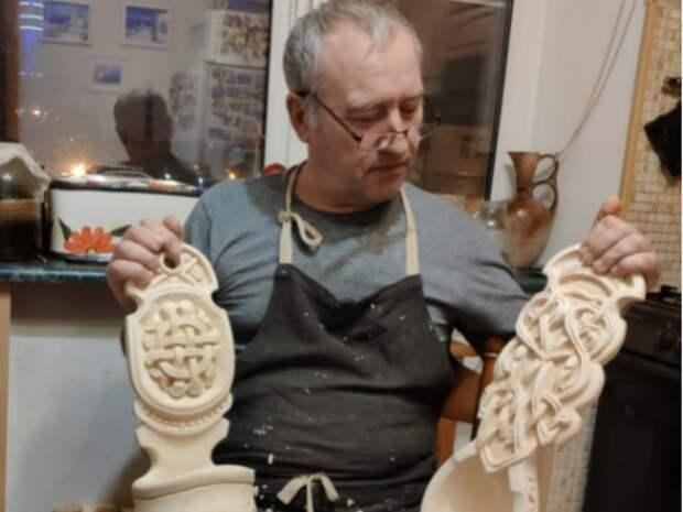 Резчик-самоучка из Бутырского создает уникальные изделия из дерева
