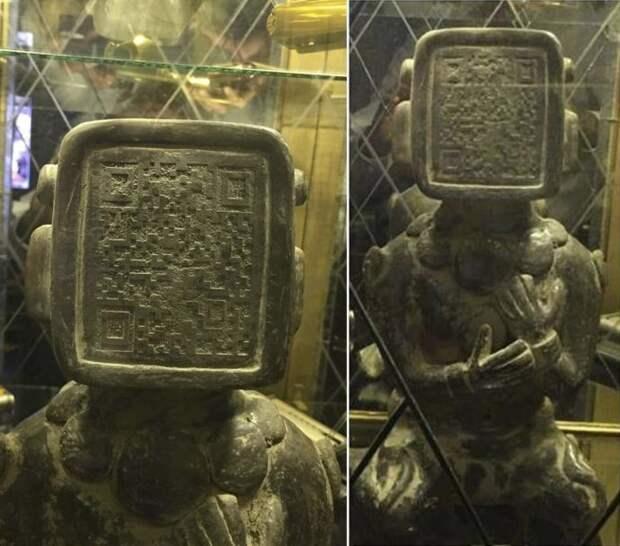 Фотография древней статуи майя с QR-кодом