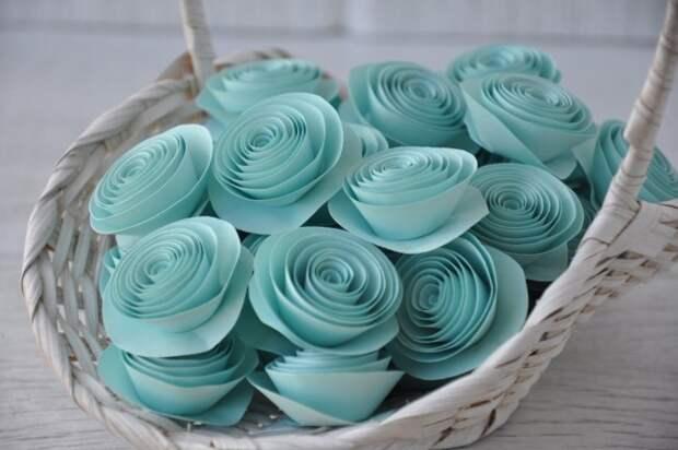 Светлая вазочка с нежным розами станет отличным предметом декора для Вашего интерьера
