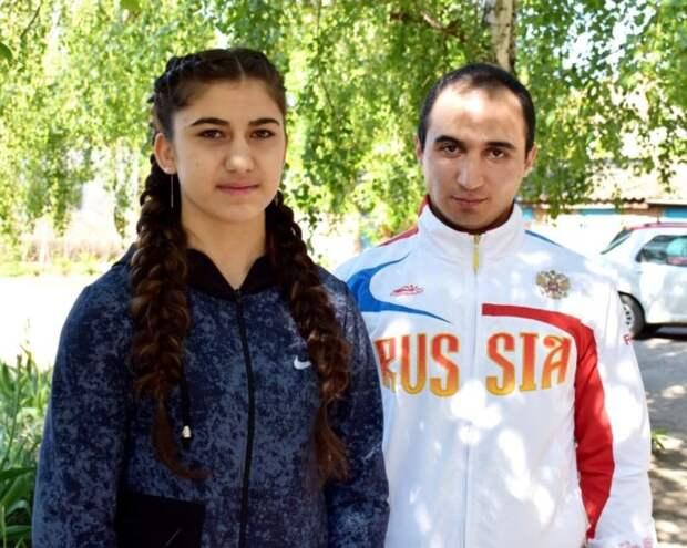 Zolotoy-prizer-pervenstva-Evropyi-po-boksu-Nune-Asatryan-so-svoim-trenerom-Rafikom-Gukasyanom.-696x556.jpg