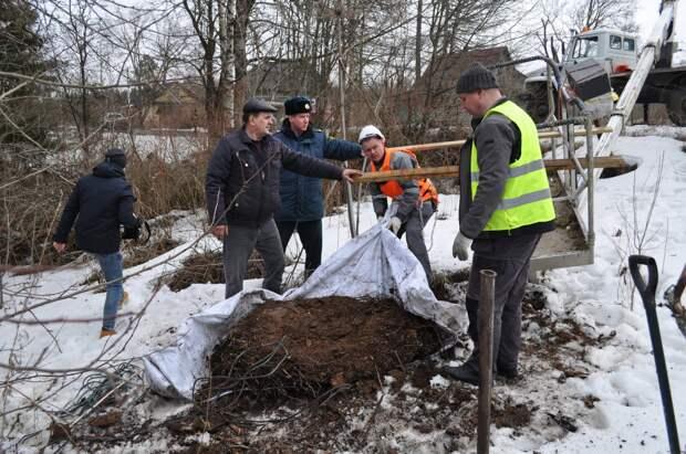 В Ленинградской области спасатели пришли на помощь семейству аистов