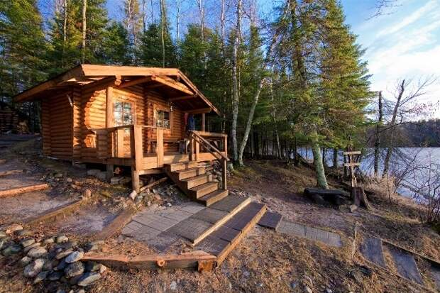 Небольшой деревянный дом, который можно использовать как сауну или охотничий домик.