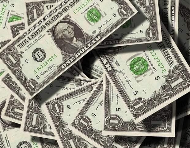 Банки завезли для россиян рекордный за шесть лет объем наличных долларов