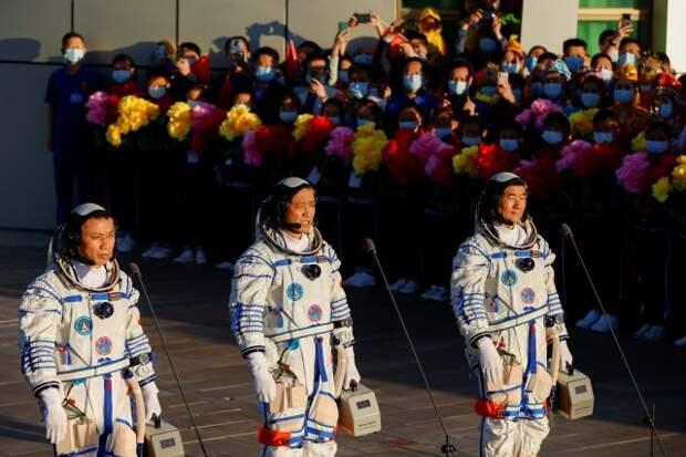 Первые члены экипажа прибыли на китайскую космическую станцию