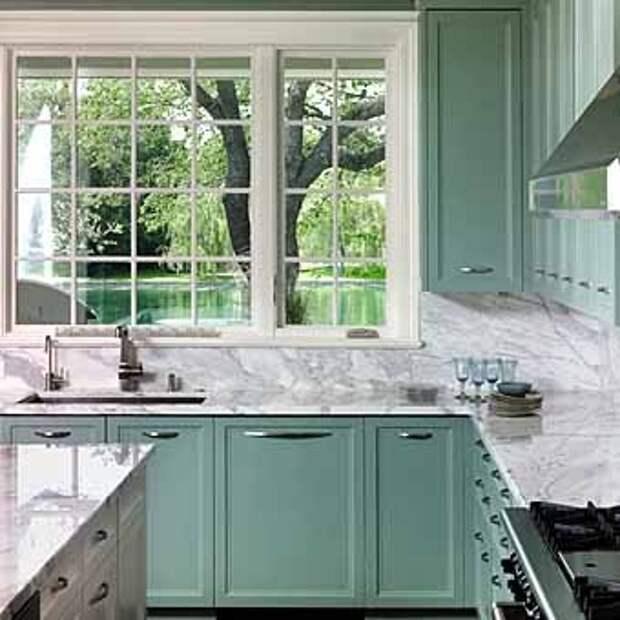 светлое рабочее место хозяйки около окна на кухне