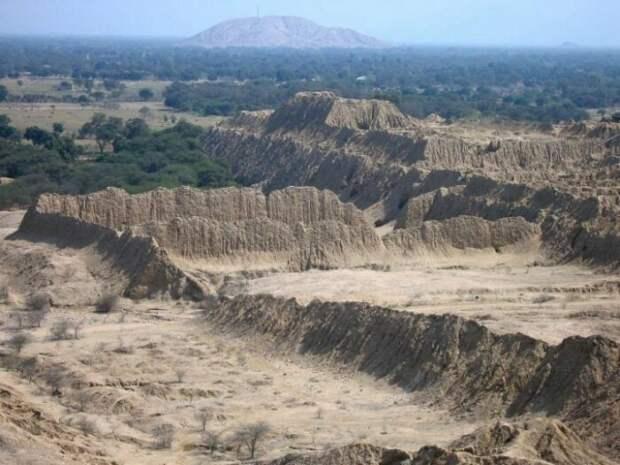 Долина курганов и пирамид в Перу. /Фото:interesnosti.com