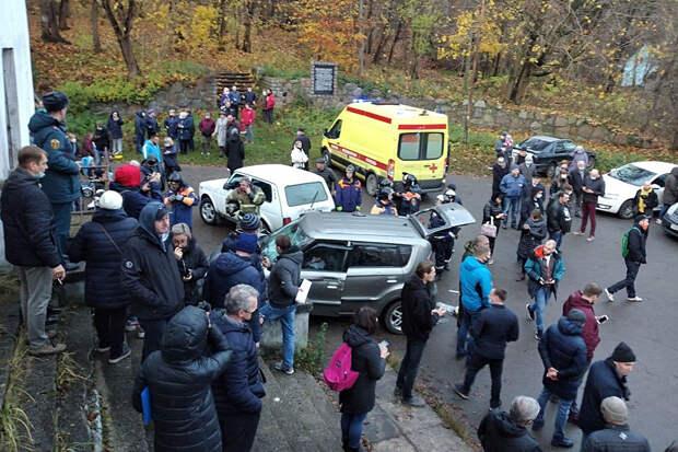 Мужчина на внедорожнике въехал в толпу в Калининградской области