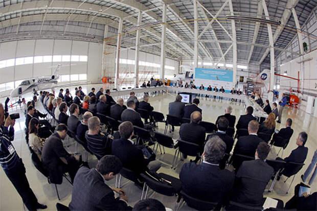 Форум решено провести прямо на рабочем месте – в ангаре, где обслуживают и ремонитруют самолеты