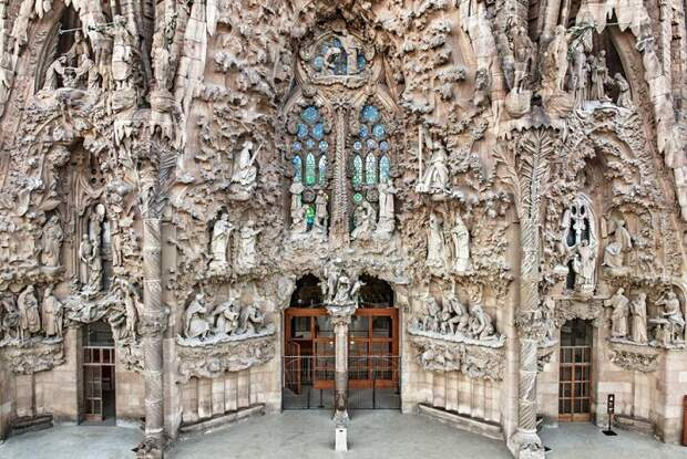 Фасад собора украшен скульптурами, отражающие факты жизни святых.