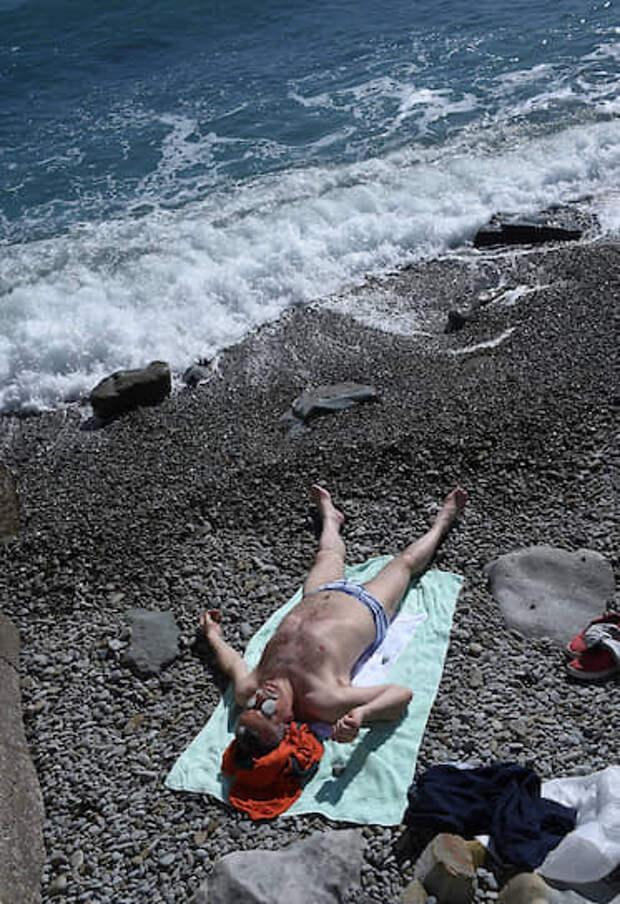 Ялта, Крым, Россия. Отдыхающий мужчина на пляже