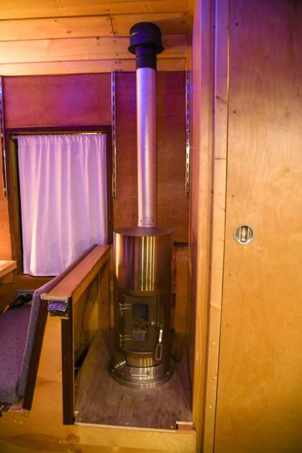 Кроме этого, Кайл поставил в автобусе дровяную мини-печь, которую он эксплуатирует зимой. авто, автобус, биодизель, дом, дом на колесах, кемпер, самоделка, своими руками