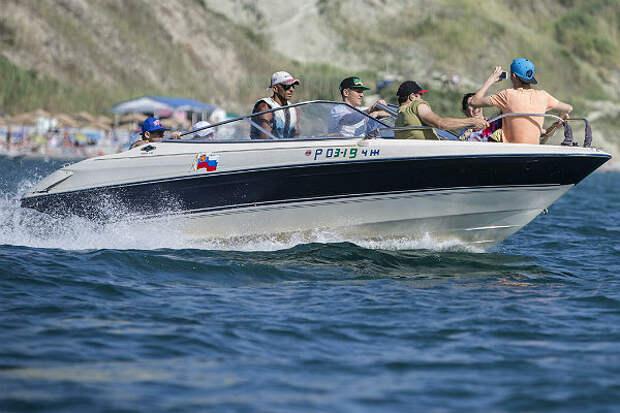 В море у Анапы опрокинулся скоростной катер с людьми