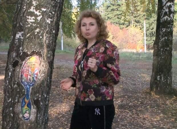 Ижевская художница создаёт картины на деревьях в одном из парков города