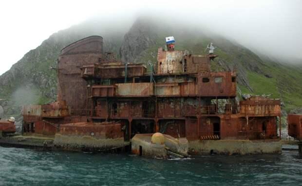 Флаг ВМФ СССР над крейсером «Мурманск». У берегов Норвегии, 2008 год.