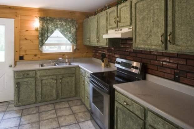 """Кухня в """"наивном"""" стиле с грубой текстурой мебели и стен"""