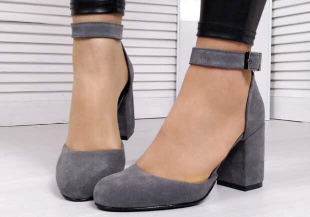 Если обувь подбирается на каждый день, а не на разовый выход, лучше отдать предпочтение закругленному носку / Фото: klubok.com