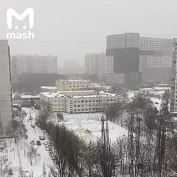 А вот и ещё одно последствие погодного апокалипсиса. На юге Москвы под тяжестью снега...