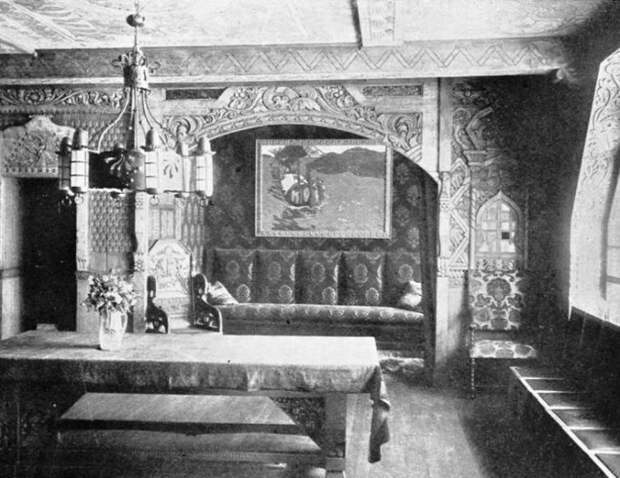 Столовая в доме Перцовой.