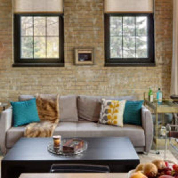 Декорирование стены за диваном бумажными обоями