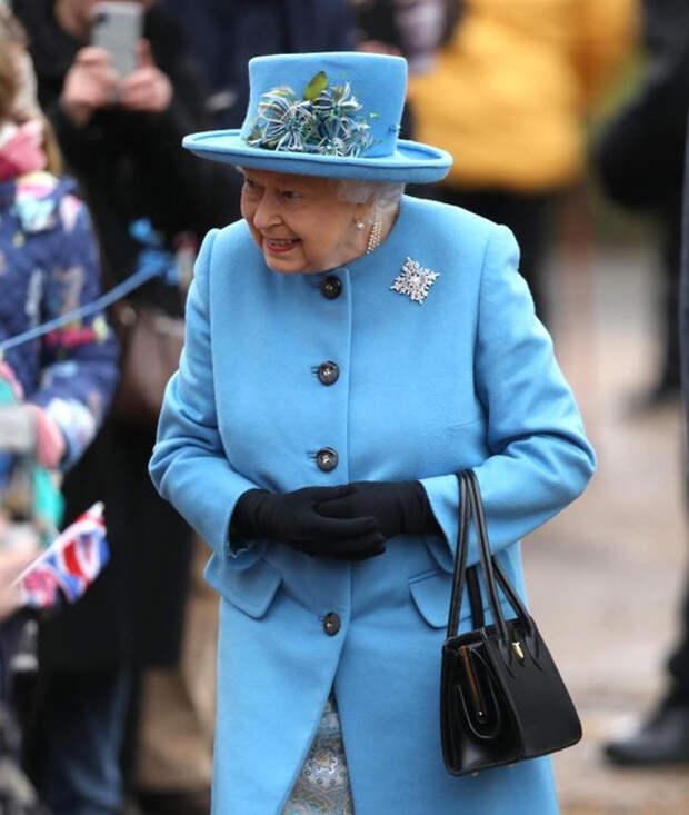 Снова улыбается. Елизавета II вернулась к работе после смерти мужа